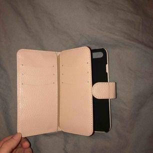 Fint iPhone 7 skal som aldrig är använt då jag köpte fel modell. Får plats med 9 kort! Köpte på glitter för 199kr
