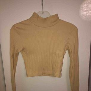 Beige kort ribbad polo tröja från rebecca Stella!🌟 köparen betalar frakt!