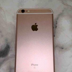 En iphone 6s plus i rosegold/rose guld. Inga stora synliga skador och den fungerar perfekt.