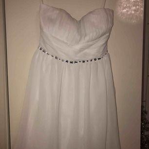 Super fin vit bandau klänning från Nelly! Den är insydd i ryggen! Köparen betalar frakt!🌟