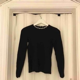Superfin Tunnstickad tröja från Zara i stl s, dock liten i storleken och passar en xs mer.Säljer pga att den inte används längre och den är knappt använd heller, alltså är den i fint skick!  Köparen står för frakten!