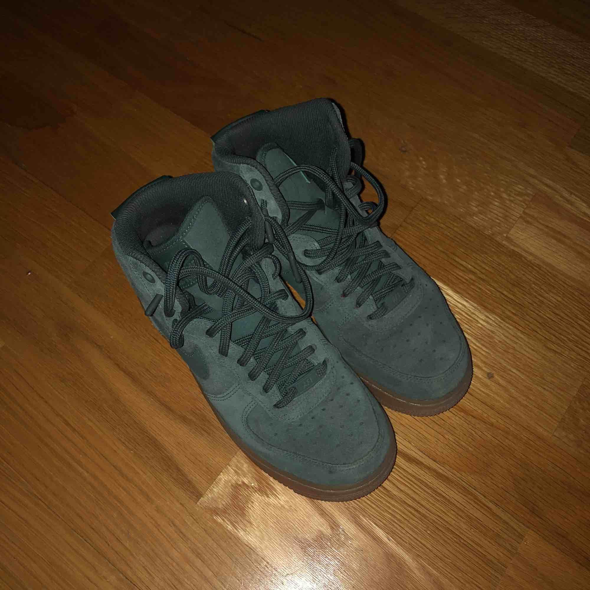 sparsamt använda nike air force suede i färgen vintage green 😻 sååå fina skor, varma nu i vinter!! passar en 37/38 (ja har 38 i vanliga fall). Skor.