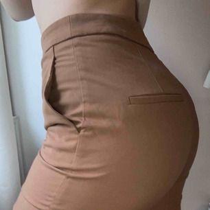 Supersnygga bruna raka kostymbyxor, tyvärr inte min stil. Sitter supersnyggt både på en 36 och 38, tajtare på 38. Använda 1 gång under endast några timmar, nyskick. Köpare står för eventuell frakt.