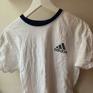 Vintage adidas t-shirt i befintligt skick. Fraktas MIT kostnad eller möts upp.