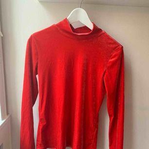 Supersnygg röd sammetströja. Tyvärr endast använd en gång på en fest. Inte min stil längre, superskön dock! Passar en xs- M beroende på önskad passform! Fraktar eller möts upp.