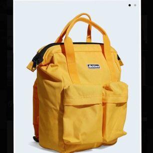 Dickies-ryggsäck med bärhandtag och sköna axelremmar. Aldrig använd pga julklapp✨ Tar swish och kan frakta