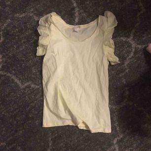 Aldrig använd t shirt med volangärmar