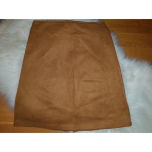 Ljusbrun kjol i faux suede från Cubus med dragkedja på baksidan. Använd ett få tal gånger, fortfarande i bra skick. Möts i Stockholm eller fraktar. 😊😊