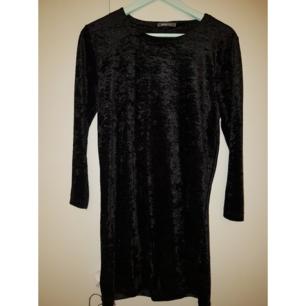 Velvet klänning från Gina Tricot i storlek S. Väldigt bra skick. Kan skicka fler bilder om man vill.  Möts i Stockholm eller fraktar (köparen står för frakt).