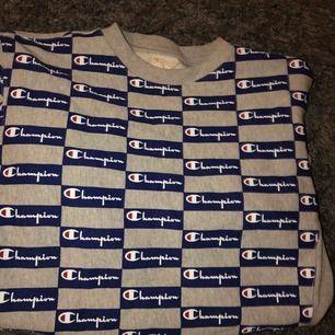 Champion Tröja köpt från Volt för 900kr. Knappt använt den pga att har inga byxor som passar tröjan så skulle säga att den är 9/10 i skick iaf. Den är tvättat 1 gång, men kan tvätta den igen innan vi skickar den.
