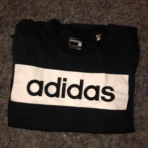 Vanlig klassisk svart adidas t-shirt köpt på stadium för 250kr. Funkar både bra som vardagströja eller till idrotten. Använt ett få tal gånger då jag har växt ur den, skick: 8/10.