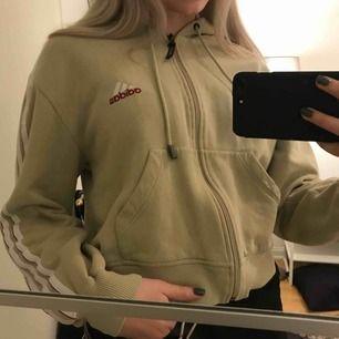 Adidas hoodie köpt på humana förra året, använd enstaka ggr! Strl L men sitter mer som XS/S, frakt tillkommer:( <3