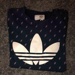 skitcool Adidas Trefoil t-shirt!! vet ej vad den är köpt då jag fick den som en present. Väldigt bra skick (8/10) och använt den inte alldeles för ofta då att den är sliten. Har även ett coolt litet märke vid endan av tröjan med en text.