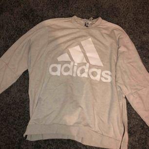 cool Adidas tröja köpt på stadium för 600kr. Lite overzise men inte jättemycket. Bra skick (8/10) och inte alls sliten.  Dragkedja på båda sidorna av tröjan (ifall den blir för liten(-; )). Även ett Adidas märke vid baksidan av kragen.