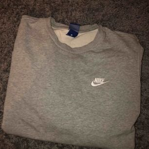 Oversize Nike tröja köpt på stadium. Fint skick (8/10) med broderat Nike märke vid bröstet.