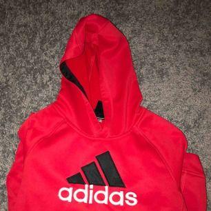 Röd Adidas Hoodie köpt i USA i nån sportaffär för 80 dollar. Fint skick (8/10). Bra för träning utomhus och även väldigt skön!