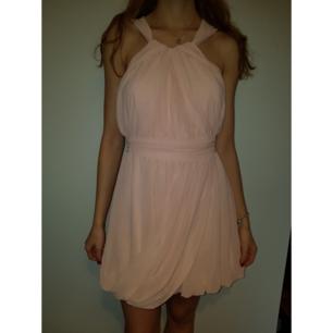 Rosa klänning från Asos med dragkedja på baksidan. På lappen står det  storlek 12 men 72fc43681bd20