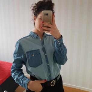 Skjorta med glansiga knappar på framsidan och en ficka. Passar väldigt bra för en som är 36 också (som jag i bilden). 💙💙 Fraktar annars möts i Centrala Stockholm. 💋