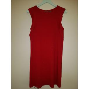 Röd klänning utan ärmar och med gömd dragkedja på baksidan. I väldigt bra skick. Passar bra för en nyårsfest. ❣❣ Möts/Fraktar