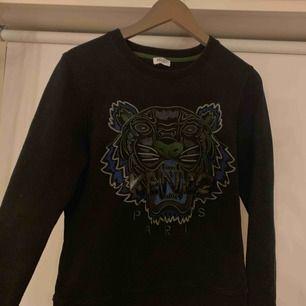 Pris kan diskuteras.. äkta Kenzo tröja köpt i Köpenhamn, använd ett fåtal gånger så den är i bra skick. Tröjan passar både en S och M! Skriv för fler bilder på osv.. kan mötas upp i Göteborg, annars fraktbetalning