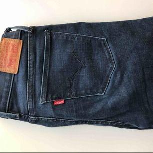 Fina Jeans ifrån Levis (äkta) i mycket fint skick! Modell 710 super skinny. Säljs pga att de inte används på ett tag. Köparen står för frakten på 54:- & betalning sker via swish.