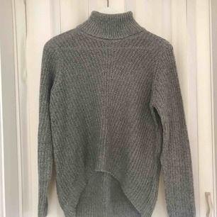 Jättefin ljusgrå stickad tröja från Jaqullene de young i nyskick då den endast använts 2 gånger. Köparen står för frakten på 36:- & betalning sker via swish! 💕