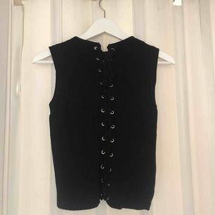 Fint stickat & ribbat linne med knyte i ryggen från zara. Använd några få gånger, alltså i fint skick! Mer som en xs än en s. Köparen står för frakten på 36:- & betalning sker via swish! 💕