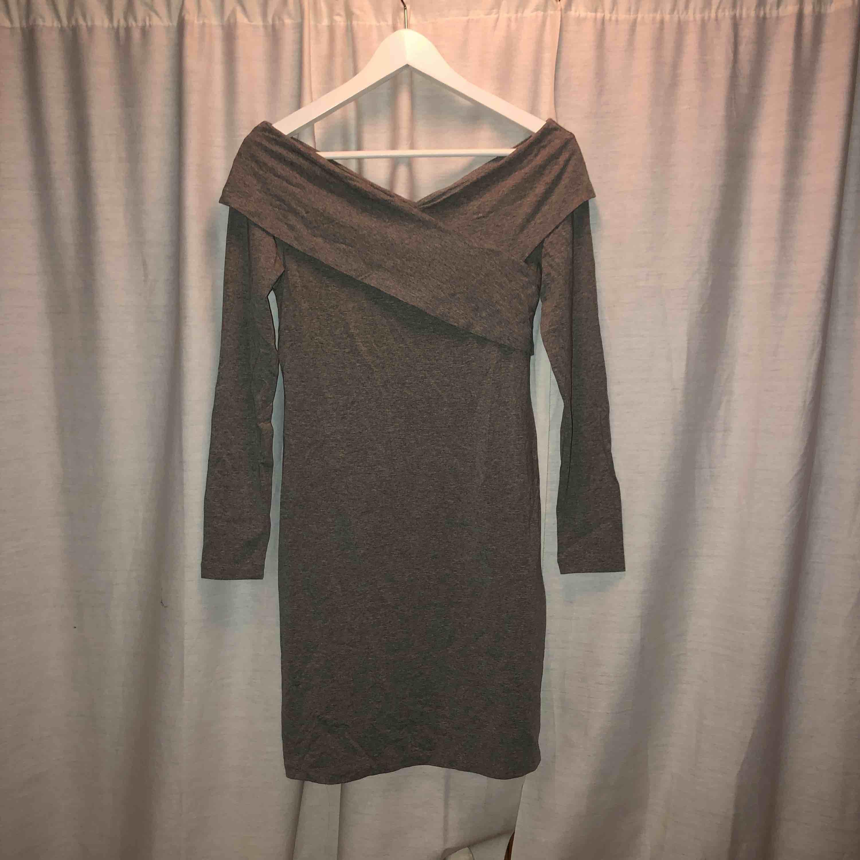 15f6e2caa126 Långärmad off shoulder klänning. Helt oanvänd med prislappen kvar. Köparen  står för frakt.