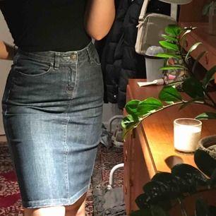 En jeanskjol i storlek 36🤪