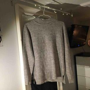 Stickad tröja från Vila. Jag har strl. S men har använt den som oversize. Knappt använd men fått slitningar från tvättmaskinen (se bild), där av priset. Går lätt att laga✨