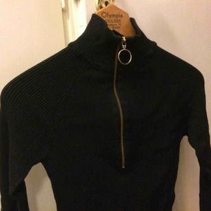 Mörkblå ribbad tröja med turtleneck och dragkedja. Fint skick! Storlek L men passar från S och uppåt.
