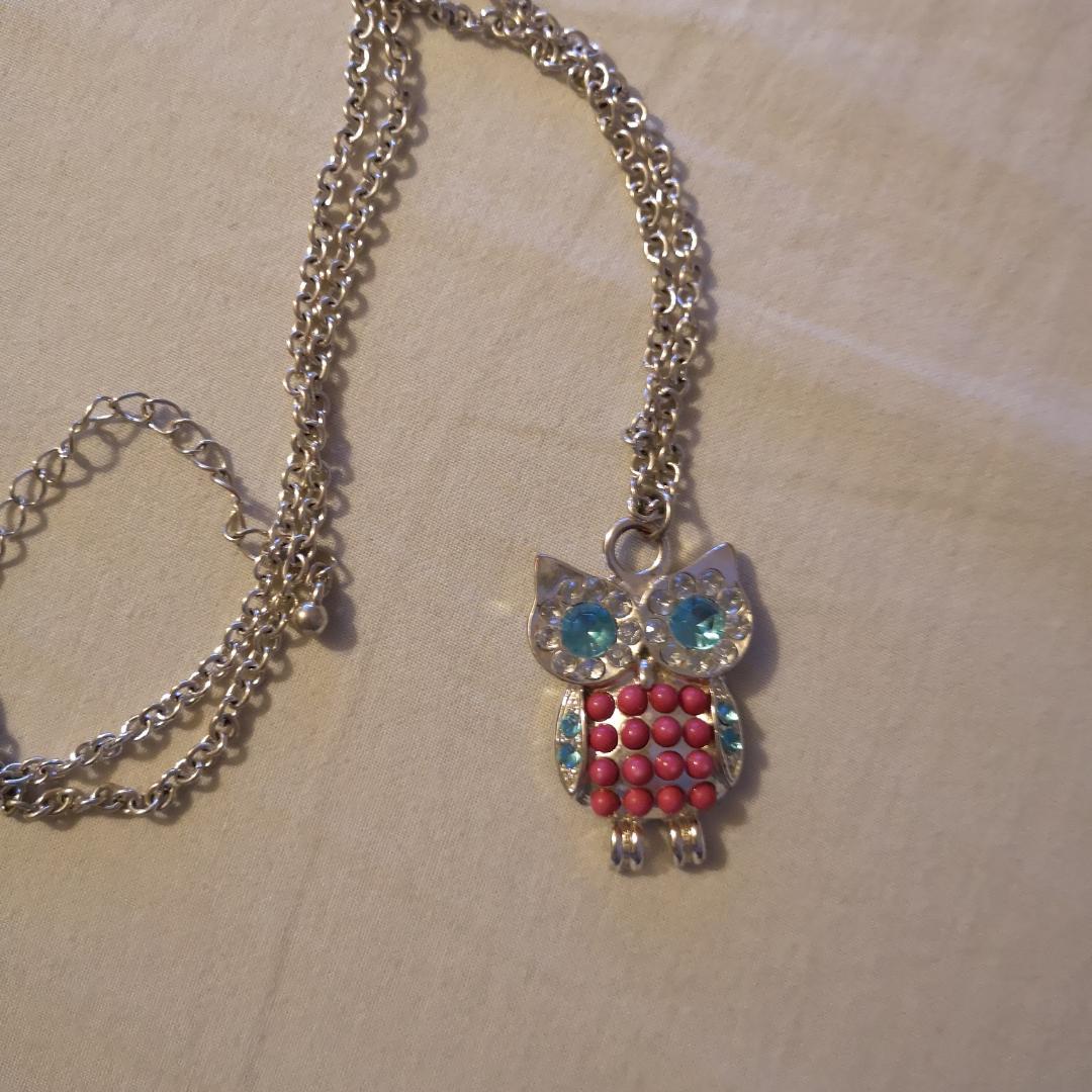 Söt halsband med uggla. Köptes för några år sen men har använts kanske 5 gånger. Kan hämtas i Lund eller Eslöv, annars tillkommer frakt.. Accessoarer.