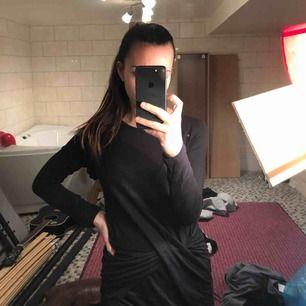 """Fin svart klänning från Bikbok med """"knytning"""" framtill. En av sömmarna som höll ihop knuten har spruckit, men kan fixad hur enkelt som helst! Ska se ut som den vinröda på bild 2. Knappt använd!"""