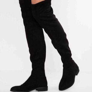 Skitsnygga over knee stövlar från Anna Field. Köpta på Zalando för 459 kronor. Dem är endast använda på en fest en kväll inomhus i lokal så helt i nyskick! Bara skriv om du vill ha fler bilder ☺️