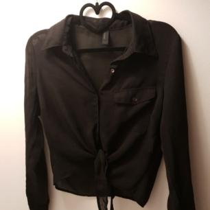 Genomskinlig skjorta med knyte från vero moda.  Använd fåtal gånger så mycket bra skick! Ni står för frakten som är 22 kr 🌸