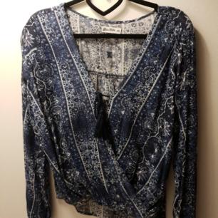 Jätte fin mönstrad tröja med urringning och knyte. Använd 3-4 gånger. Är storlek XS men skulle mer säga att det är en S-M .  Ni står för frakten som är 20 kr! 🌸