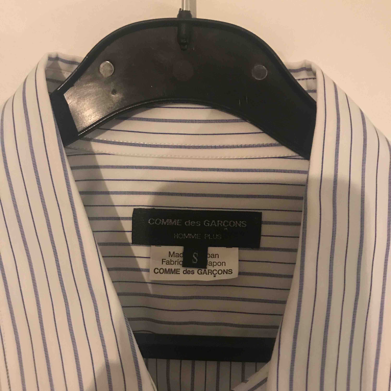 CDG Homme Plus skjorta, aldrig använd! Ger lite oversized känsla, tunnt material...  Nypris: 5000kr    Köpt på Trés Bien!. Skjortor.