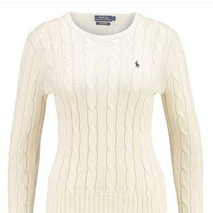 Krämvit kabelstickad Ralph lauren tröja i storlek S, den är använd ett fåtal gånger!