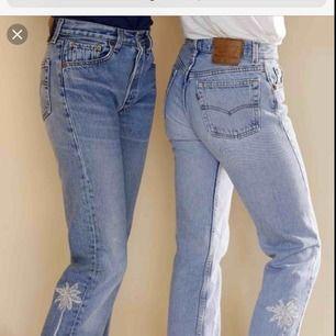 Hej SÖKER vintage/ retro levis jeans med den gamla lappen alltså som dem jeansen på bilden ska passa en xxs-XS vad har ni? 😇