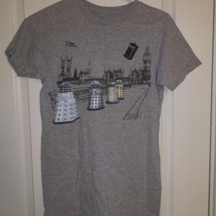 En grå t-shirt med bild från Doctor Who. Tycker mycket om den men kommer sällan till användning. Köptes på Hot Topic för 2-3 år sen. Kan hämtas i Lund eller Eslöv, annars tillkommer frakt.