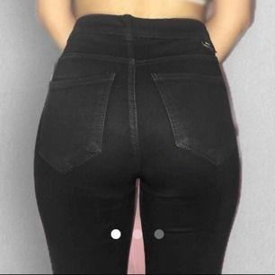 """Sparsamt använda och är i fint skick! Bilderna är tagna med blixt men jeansen är kolsvarta och de """"blöder"""" inte. Sitter även fint och till skillnad från andra svarta jeans får man fin form i dessa. Dessa är kortare i längden, passar dig som är 160 ungefär"""