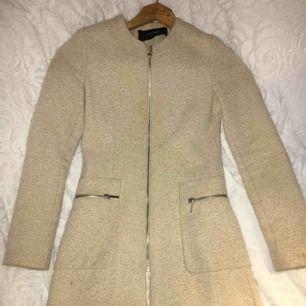 Säljer min beiga kappa från Zara som är perfekt till våren, storlek XS, nyskick ändats använd ett fåtal gånger!