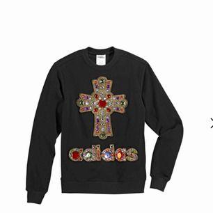 Jeremy Scott Adidas beaded cross sweater crewneck. SLUTSÅLD