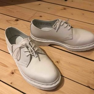 Vita låga Dr Martens, köpta i London för tre år sedan. Har insett att jag inte kommer använda dem så hoppas att någon annan vill ta över dem istället! Använda tre gånger. Som nya!  Avhämtning i Norrköping eller skickas mot portoavgift (67 kr).
