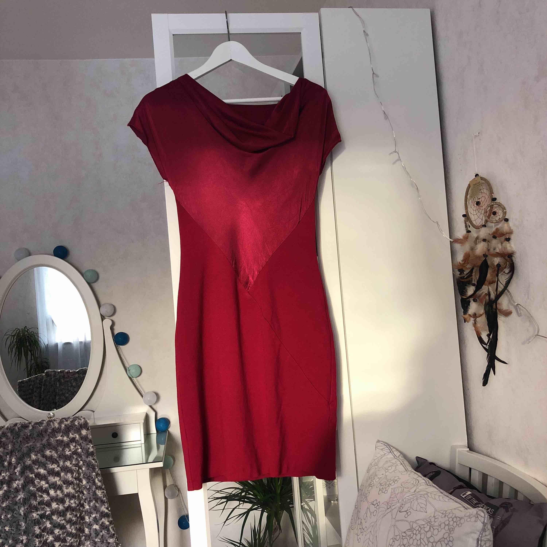 Röd klänning . Klänningar.
