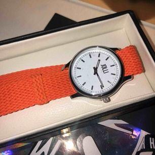 Säljer denna snygga, oanvända klocka från JOLLI TIME!❤️ den är orange och inte korall som det kan se ut på bilden, säljaren står för frakt.❤️