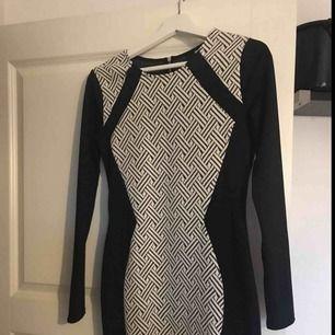 Jag säljer denna snygga klänning ifrån hm som tyvärr inte passar mig i storlek :( Aldrig använd bara provad så är i princip nytt skick. Kan mötas upp eller så står köparen för frakten ;)