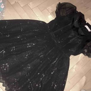 Jättefin klänning i lolita-stuk med skimrigt tryck av stjärnbilder. Sparsamt använd, smärtar mig att skiljas från den men den är inte min smak längre. Möts i Sthlm eller postar med tillagd frakt. ♡