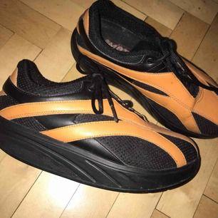 Snabba skor med bekväm rundad sula! Liten skada på sidan (se bild) men annars i kalasbra skick. Möts i Sthlm eller postar mot porto! ♡