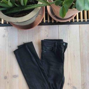 Helt nya jeans från monki. Hålen på knäna har jag gjort själv. Storleken är mer som en w24